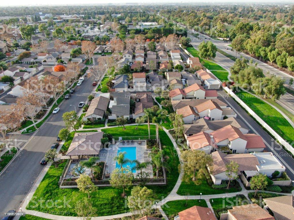 アーバインの隣り合う家を持つ中流の郊外の空撮 - アメリカ合衆国の ...