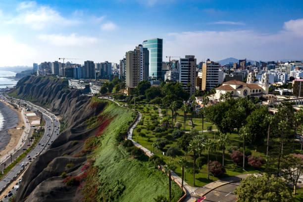 flyg foto över miraflores park och larcomar, drönare skott av limas stadsbilden - peru bildbanksfoton och bilder