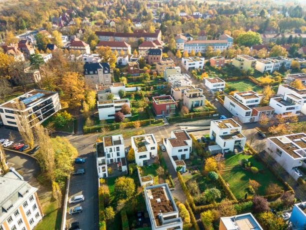 luchtfoto van moderne huizen - stadsdeel stockfoto's en -beelden
