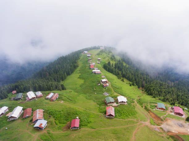 Luftaufnahme von Berghäusern in Pokut. – Foto