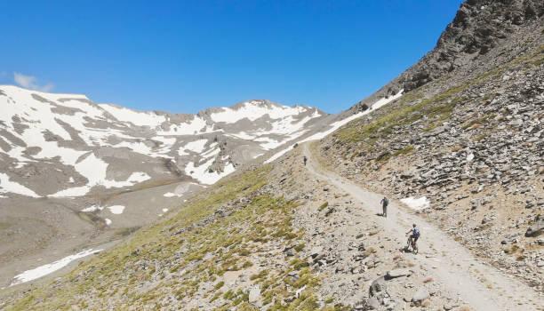 Luftaufnahme der Mountainbiker hoch oben in der andalusischen Sierra Nevada. – Foto