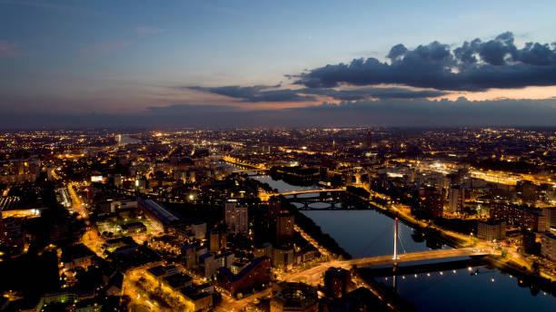 vue aérienne de nantes par nuit - nantes photos et images de collection