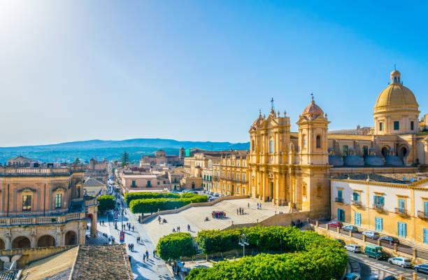 luchtfoto van noto met inbegrip van basilica minore di san nicolò en palazzo ducezio, sicilië, italië - noto sicilië stockfoto's en -beelden