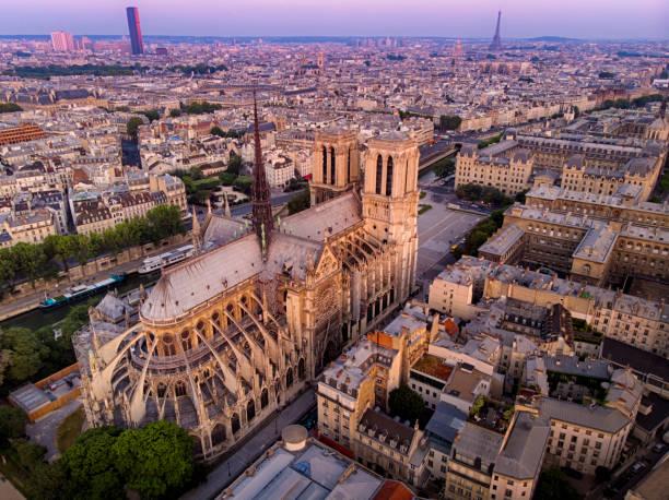 luftaufnahme der kathedrale notre dame in paris, frankreich - kathedrale von notre dame stock-fotos und bilder