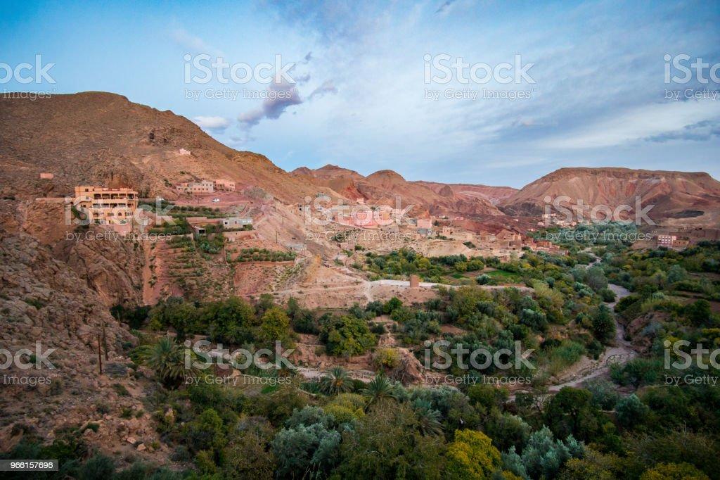 Flygfoto över oasis och bergen i Dades Valley nära Boumalne Dades village i Marocko - Royaltyfri Afrika Bildbanksbilder