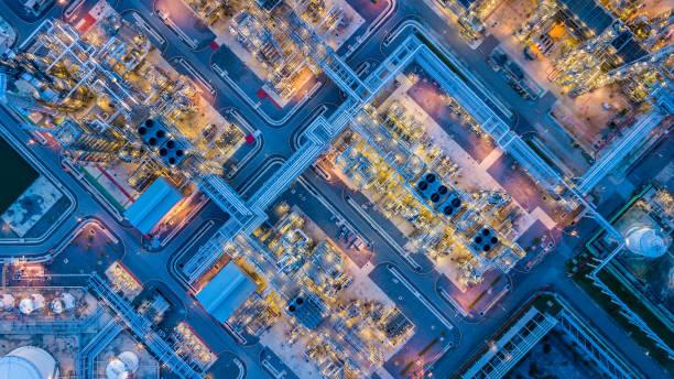 luftbild von öl-raffinerie - petrochemische fabrik stock-fotos und bilder