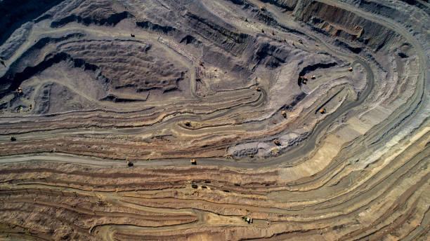 luchtfoto van open mijnbouw groeve met veel machines op het werk. - steengroeve stockfoto's en -beelden