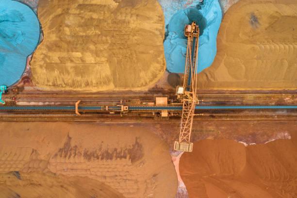 Luftaufnahme von Erz und Förderband – Foto