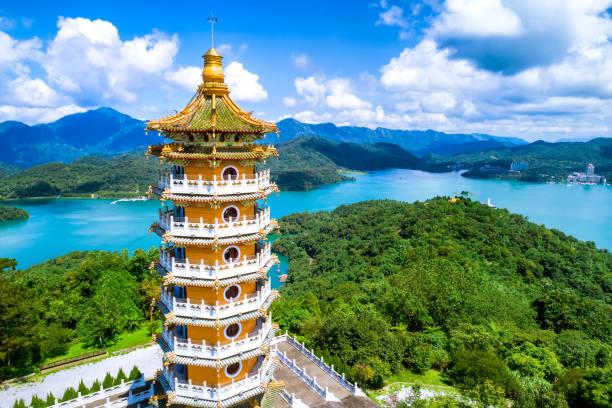 luftaufnahme des pa cien pagode mit ita thao pier hintergrund in nantou - insel taiwan stock-fotos und bilder