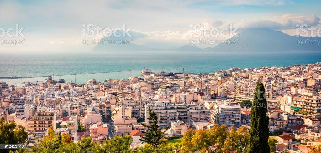 Luftaufnahme des Paleo Patras Stadt. Bunte Frühlingsmorgen am Ionischen Meer. – Foto