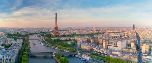 widok z lotu ptaka na paryż z wieżą eiffla podczas zachodu słońca - francja zdjęcia i obrazy z banku zdjęć
