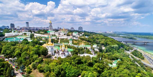 luftaufnahme von pechersk lavra in kiew, die hauptstadt der ukraine - klosterurlaub stock-fotos und bilder