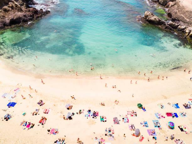 Vista aérea de la gente en la playa - foto de stock
