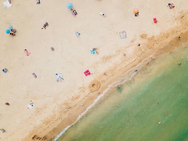 Luftaufnahme von Menschen soziale Entsung am Strand – Foto