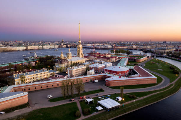 luchtfoto van peter en paul fortress - neva stockfoto's en -beelden