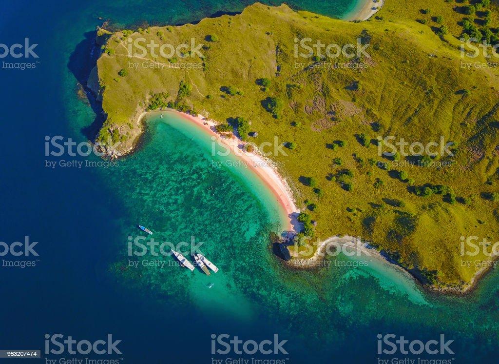 Luftaufnahme von Pink Beach, in der Nähe der Insel Flores Indonesien. – Foto