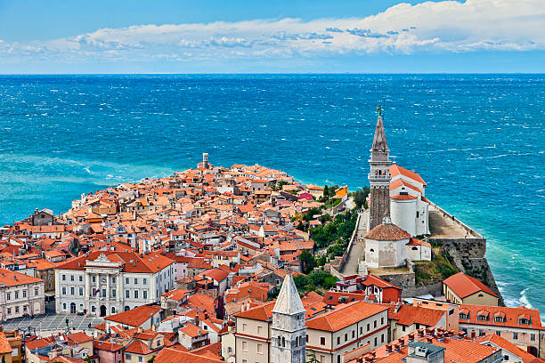 aerial view of piran on the slovenian coast - 斯洛維尼亞 個照片及圖片檔