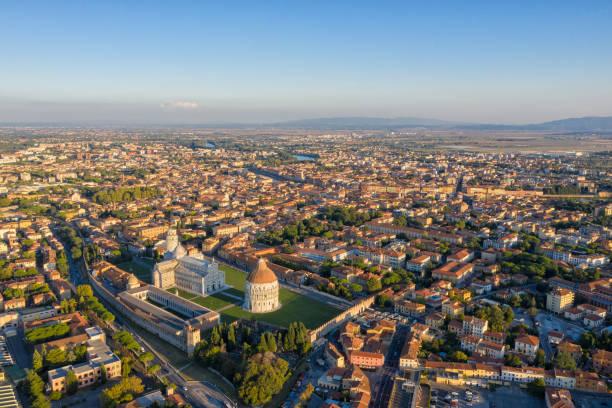 luchtfoto van pisa & scheve toren - pisa stockfoto's en -beelden