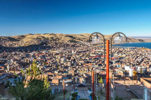 Luftaufnahme der Stadt Puno Titicacasee von Mirador El Condor. – Foto