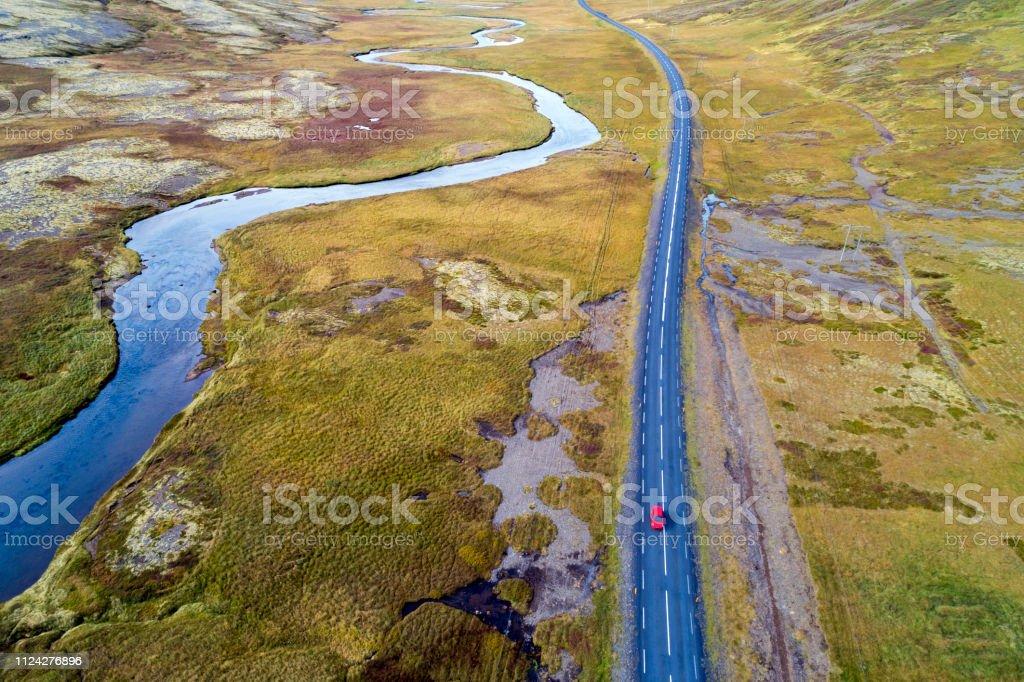 Luftaufnahme des roten Auto unterwegs in Island – Foto