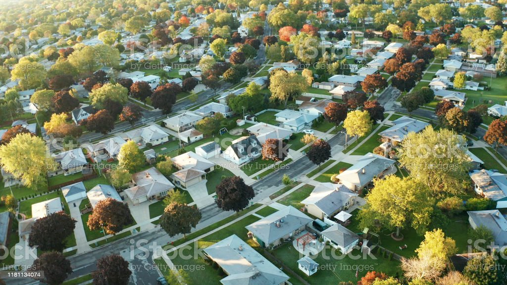 Sonbaharda (ekim) konutların havadan görünümü. Amerikan mahallesi, banliyö. Emlak, drone çekimleri, gün batımı, güneşli sabah, güneş ışığı, yukarıdan - Royalty-free ABD Stok görsel
