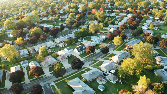Aerial View Of Residential Houses At Autumn American Neighborhood Suburb Real Estate Drone Shots Sunset Sunny Morning Sunlight From Above - Fotografie stock e altre immagini di Albero