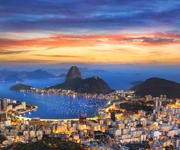 Luftaufnahme von Rio De Janeiro Brasilien mit Guanabara-Bucht und Zuckerhut in der Nacht – Foto