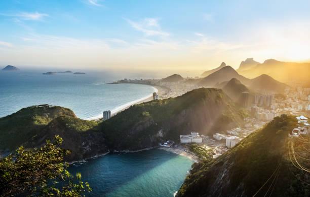 luftaufnahme von rio de janeiro küste mit copacabana und praia vermelha strand bei sonnenuntergang - rio de janeiro, brasilien - brasilien stock-fotos und bilder