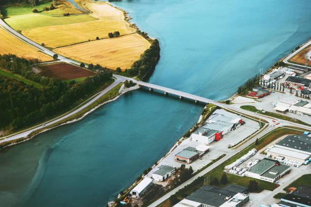 Luftbild von Fluss und Brücke zwischen Natur und Stadt-Ökologie-Konzept – Foto