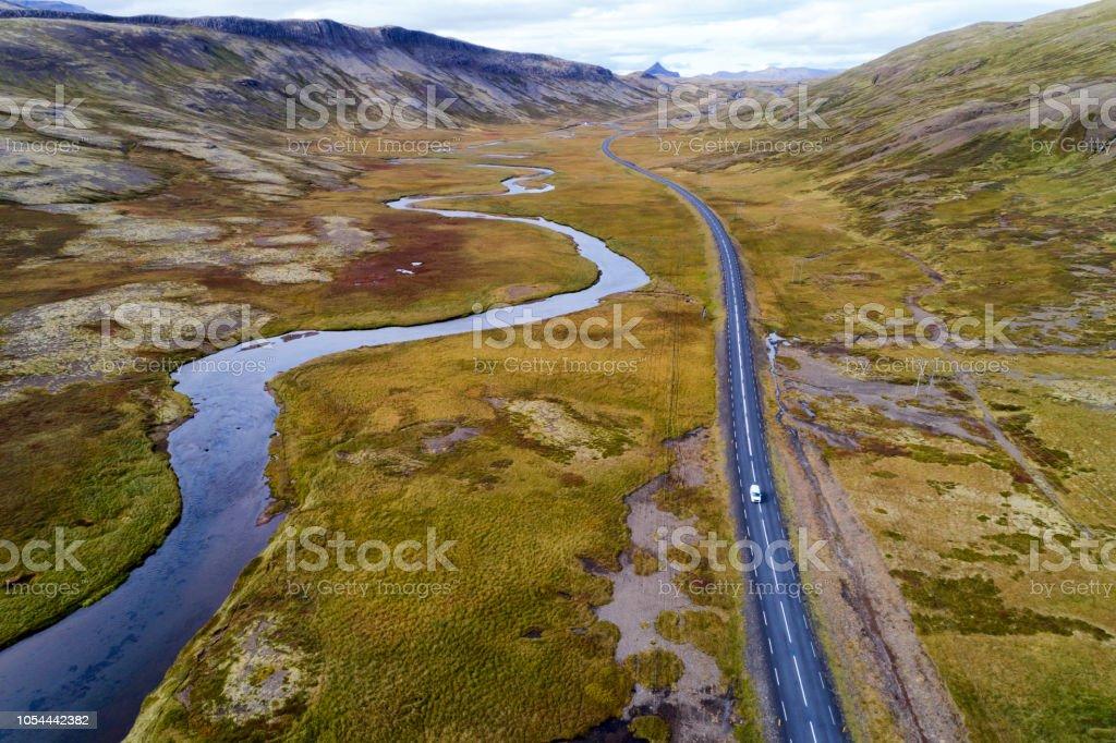 Luftbild von Straße und Fluss in Island – Foto