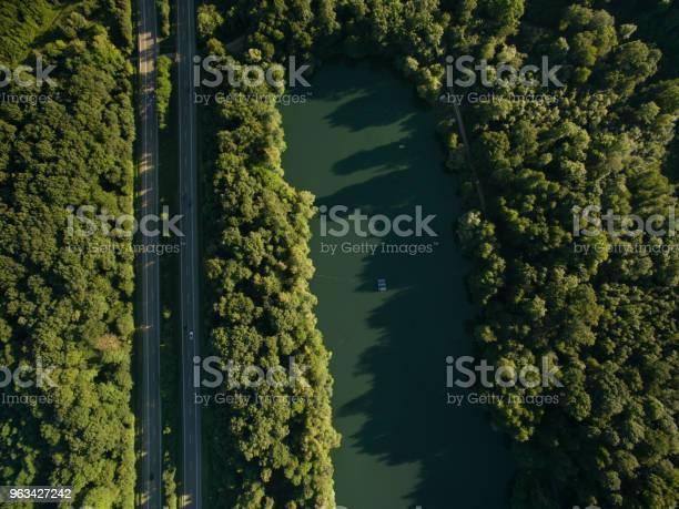 Widok Z Lotu Ptaka Na Drogę W Pięknym Lesie Z Błękitnym Jeziorem - zdjęcia stockowe i więcej obrazów Bez ludzi