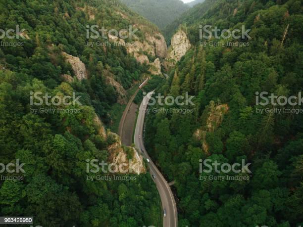 Widok Z Lotu Ptaka Na Drogę W Pięknym Górskim Lesie Z Koleją - zdjęcia stockowe i więcej obrazów Balustrada - Granica