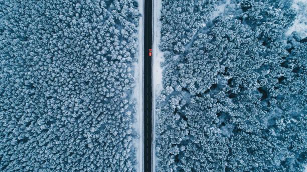 luftaufnahme der straße im winter - flugzeugperspektive stock-fotos und bilder