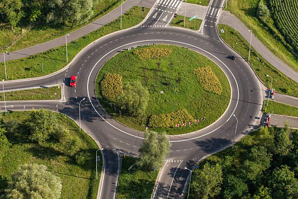 vue aérienne du rond-point à wroclaw ville - rond point photos et images de collection