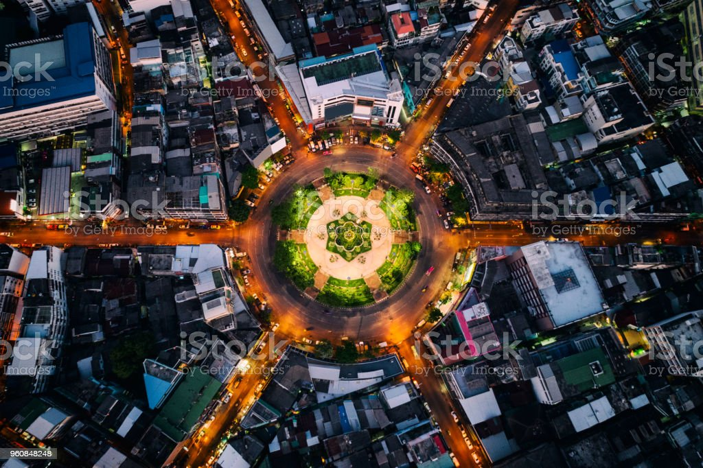 Vue aérienne du rond point ou cercle du chemin avec sentiers de lumière sur la route de nuit à Bangkok, en Thaïlande. Autoroute, route, autoroute, autoroute à péage au centre-ville de Bangkok. - Photo de Affaires libre de droits