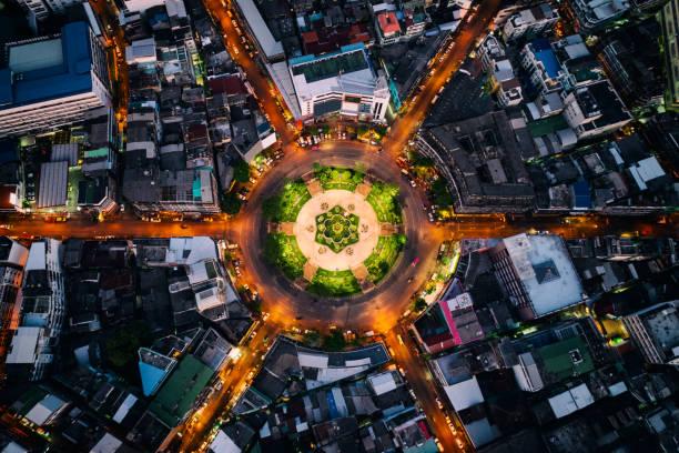 vue aérienne du rond point ou cercle du chemin avec sentiers de lumière sur la route de nuit à bangkok, en thaïlande. autoroute, route, autoroute, autoroute à péage au centre-ville de bangkok. - rond point carrefour photos et images de collection