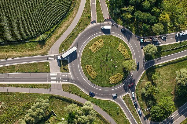 luftaufnahme des kreisverkehr - kreisverkehr stock-fotos und bilder