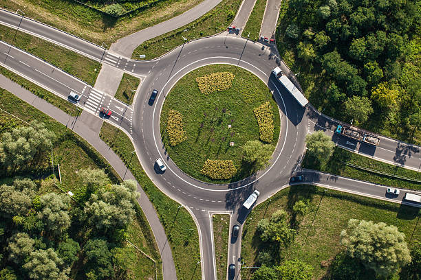 vue aérienne du rond-point - rond point carrefour photos et images de collection