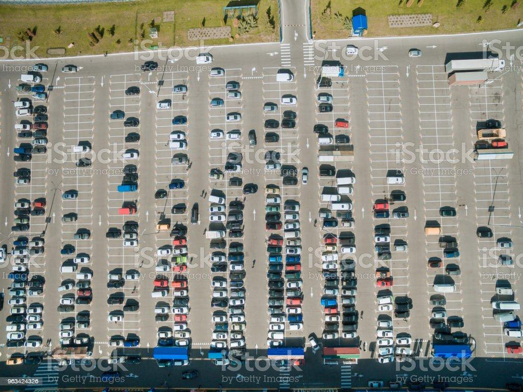 vue aérienne des lignes de voitures sur le parking du centre commercial - Photo de Côte à côte libre de droits