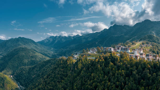 野生の自然の中でロシアのスキーリゾートの空中写真 - クラスノダール市 ストックフォトと画像