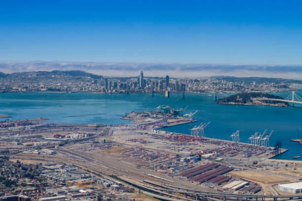 vista aérea de san francisco desde la bahía - oakland fotografías e imágenes de stock