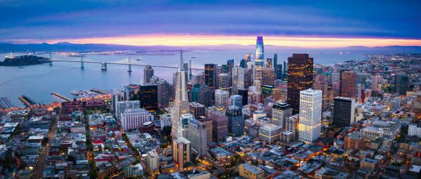 luchtfoto van san francisco skyline bij sunrise - san francisco californië stockfoto's en -beelden