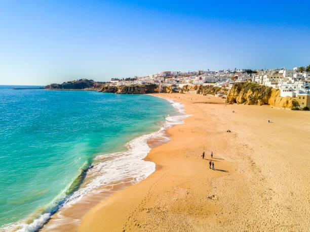 Luftaufnahme des Fischer-Sandstrand in Albufeira, Algarve, Portugal – Foto