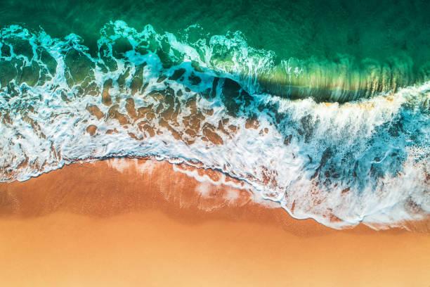 Luftblick auf Meereswellen und Sandstrand – Foto