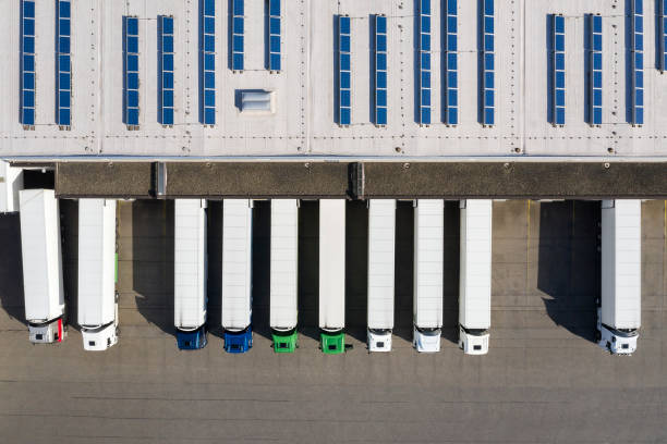 Luftaufnahme von Semi-Trucks Loading im Logistikzentrum, Distributionslager – Foto
