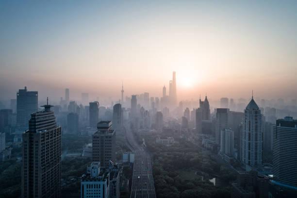 Luftaufnahme von shanghai Stadt in nebligen Morgendämmerung – Foto