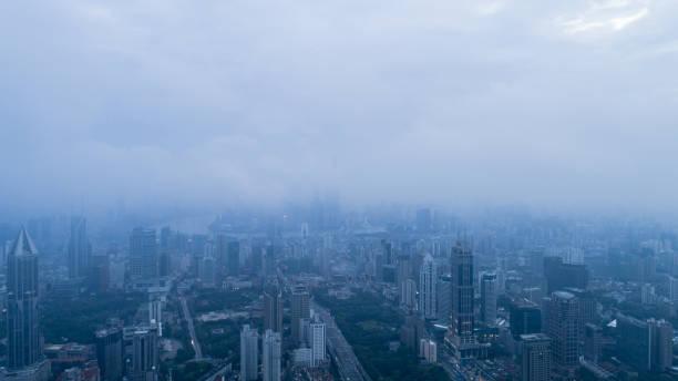 Aerial View of Shanghai Stadt im Morgennebel – Foto