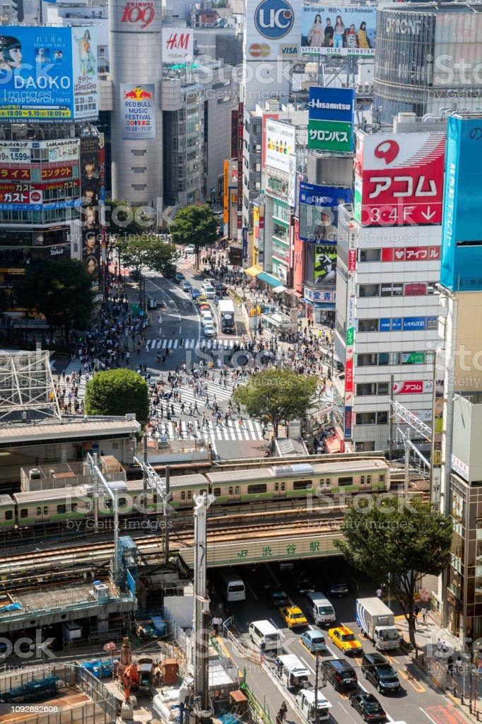 Luftbild von Shibuya Station und berühmte Shibuya Crossing, Tokyo, Japan – Foto