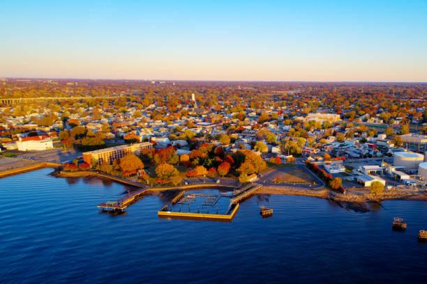 vue aérienne de la petite ville le long de la rivière delaware, new jersey - rivière delaware photos et images de collection