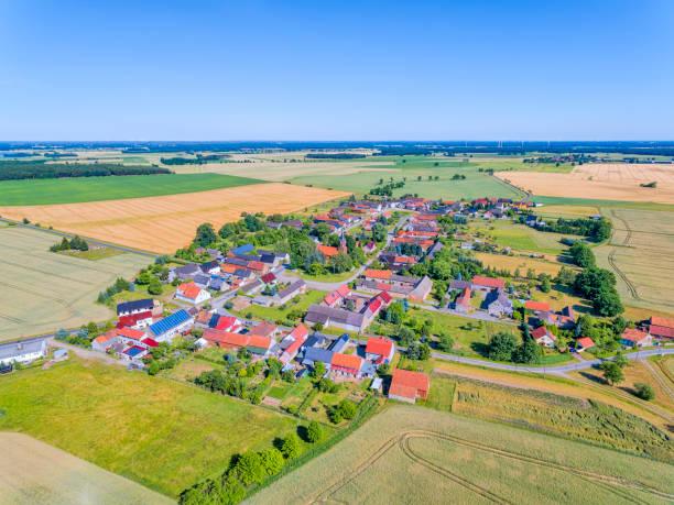 """베르크에 의해 """"buckau"""" 근처 작은 마을의 공중 보기 / 엘 스 터와 브란덴부르크에 그의 전형적인 4 면 주택 / 독일 - 브란덴부르크 주 뉴스 사진 이미지"""